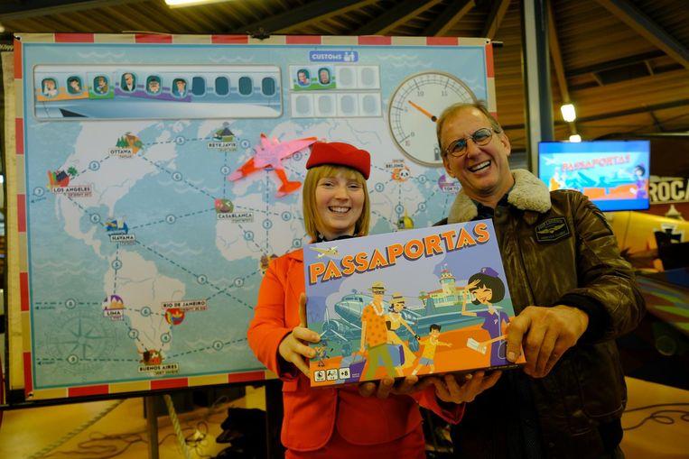 Bedenker Joris Van Derbeken en stewardess Pia Struyf met het spel, dat zich afspeelt in de luchtvaartsector in de jaren 50.