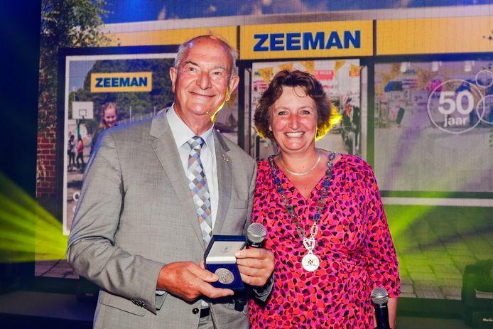 Van burgemeester Spies kreeg Jan Zeeman in 2017 de gemeentelijke erepenning. Zeeman bestond 50 jaar.