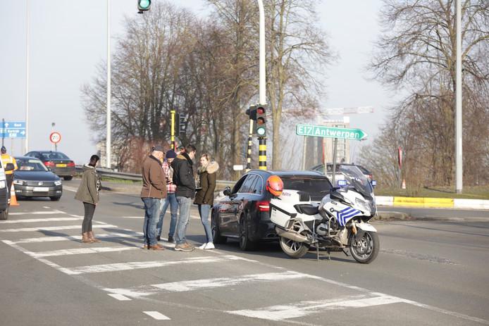 De bewuste Mercedes op de plek waar het incident gebeurde. De chauffeur is opgepakt.
