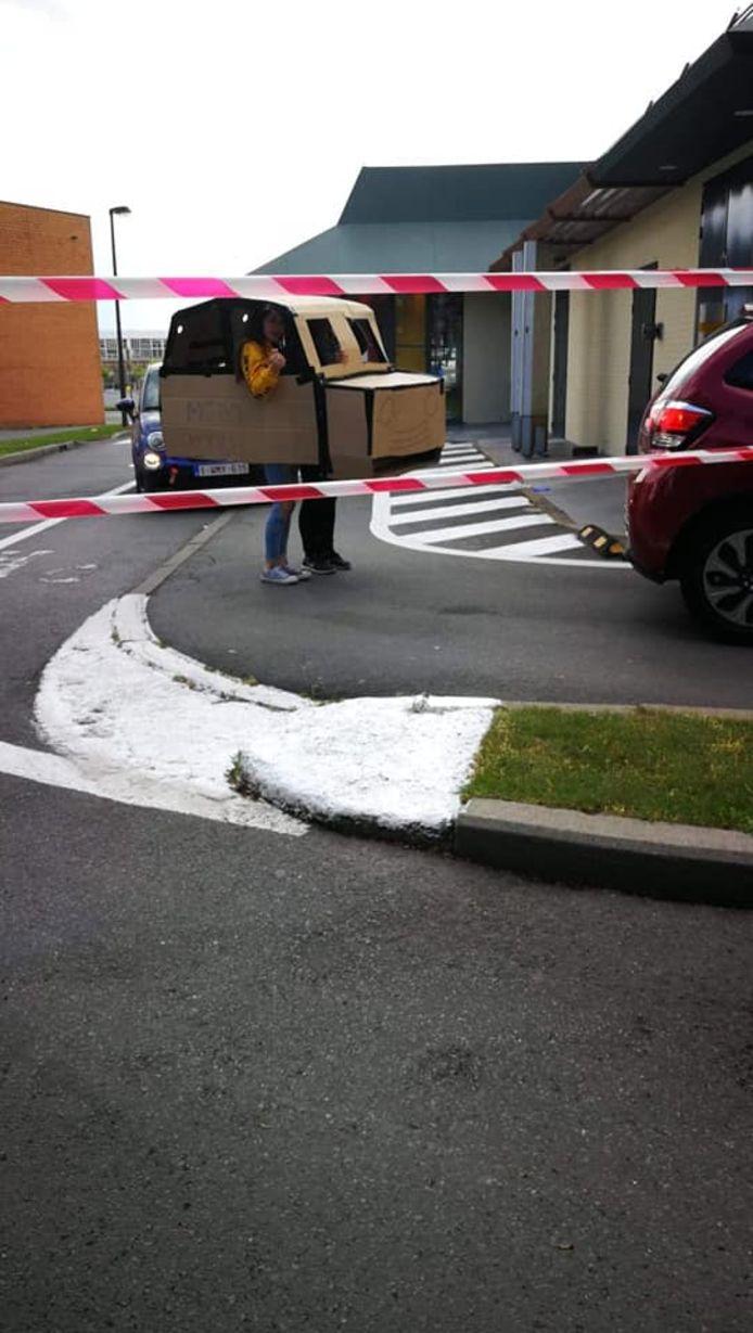 Au drive-in avec une voiture en carton, il fallait y penser!