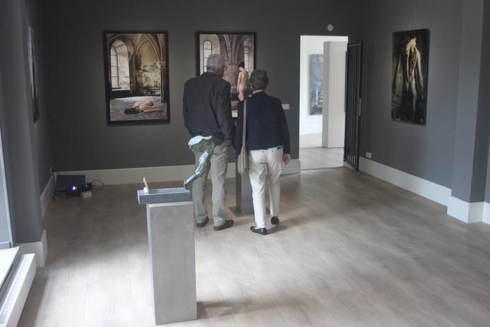 Bezoekers kijken rustig rond in het voormalige raadhuis tijdens een eerder evenement, Kunst in de Kerk.