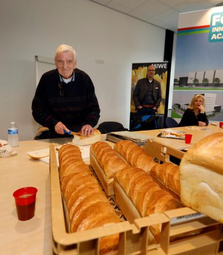 Druk met proefbaksels voor herdenking: 'Oorlogsbrood smaakt eigenlijk prima'