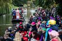 Sint komt per boot aan in Naaldwijk.