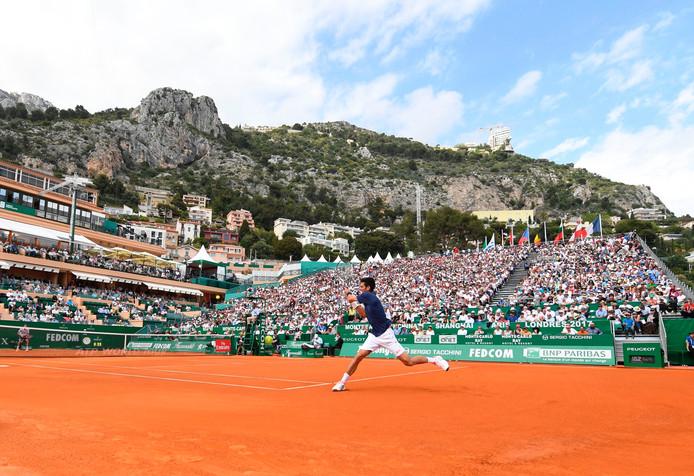 Wat een decor in Monte Carlo! Novak Djokovic slaat een return in zijn partij tegen Gilles Simon.