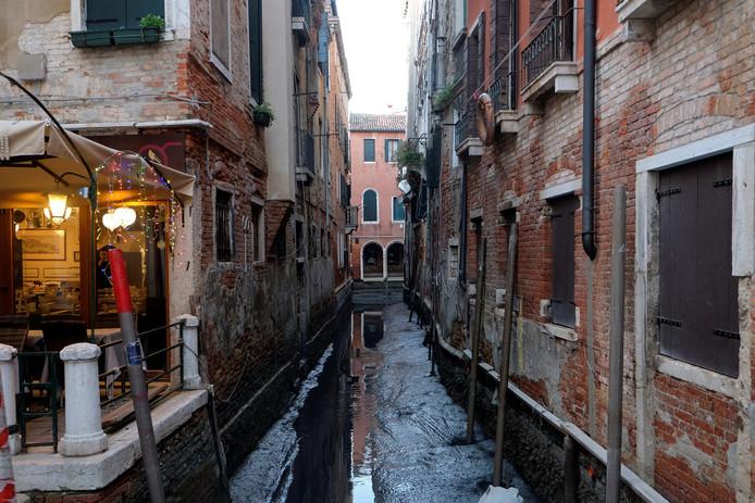 Veel kanalen in de dogenstad zijn drooggevallen en veranderd in een modderpoel