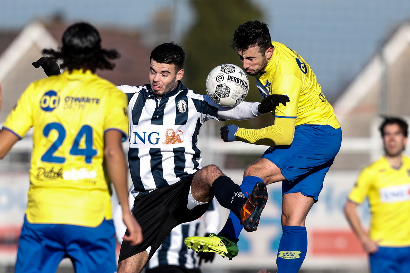20-01-2019: Voetbal: Dongen v Hercules: Dongen Derde Divisie seizoen 2018-2019  L-R Conner Blöte (midden, Hercules), Oguzam Kazanci (Dongen)