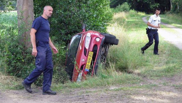 Na een wilde achtervolging belandde de auto van de daders in de gracht.