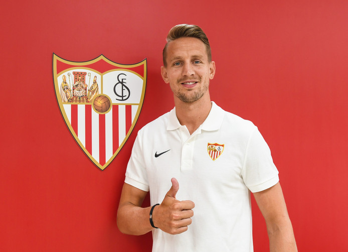Luuk de Jong poseert in een polo van zijn nieuwe club Sevilla.