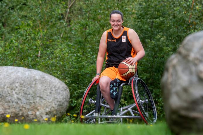 Rolstoelbasketbalster Xena Wimmenhoeve uit Wijhe is niet alleen een kei in haar sport. Ze wordt geroemd om haar doorzettingsvermogen en positiviteit.
