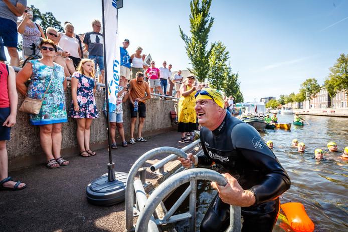 Eindelijk de kant op, bij de finish. De deelnemers van de eerste Overijsselse Merentocht over water arriveerden zondagmiddag moe maar voldaan in Steenwijk. Ze zwommen de afgelopen dagen 200 kilometer voor het goede doel. ©Martijn Bijzitter