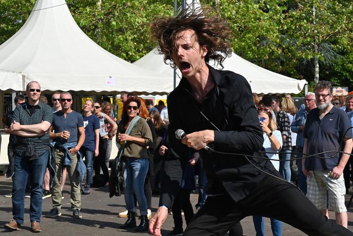 The Naked Sweat Drips zanger Stefan Kollee vermaakt het publiek.