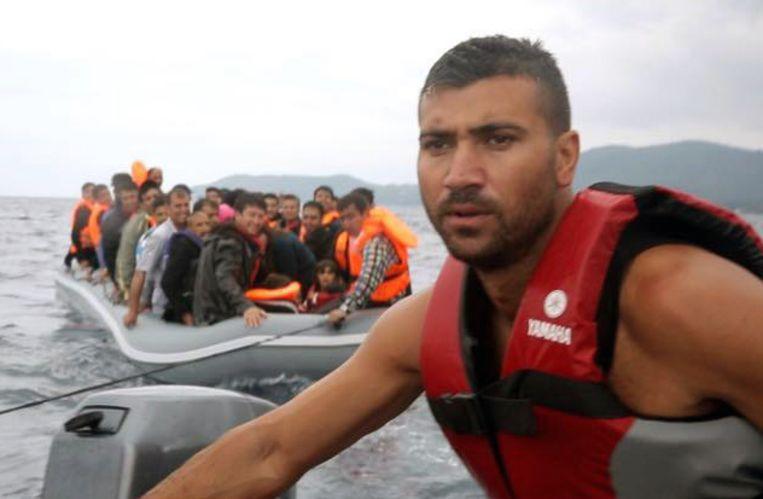 Salam Aldeen terwijl hij een boot met vluchtelingen naar de kust van Lesbos voert.