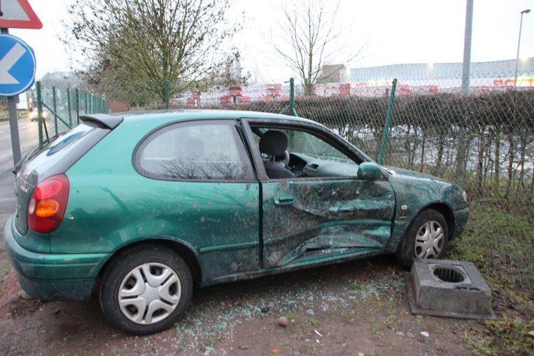 De schade aan de Toyota Corolla is groot: het rechter portier is volledig ingedeukt en het raam is gebroken.