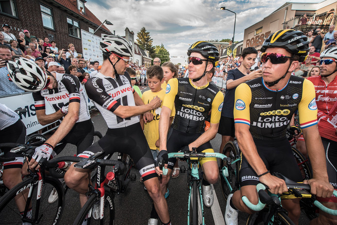 Tom Dumoulin (tweede van links), Steven Kruijswijk en Dylan Groenewegen (rechts) staan klaar voor de start van Daags na de Tour 2018.