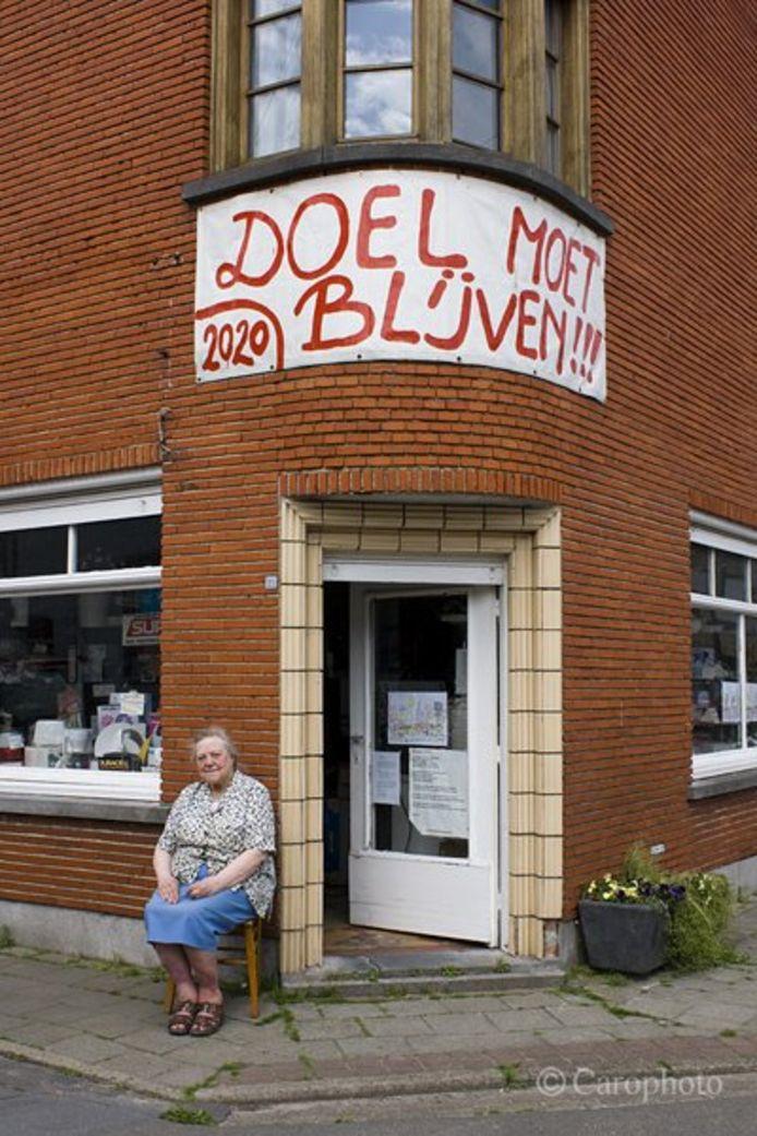 Marcella Van den Keybus voor haar winkeltje in Doel.