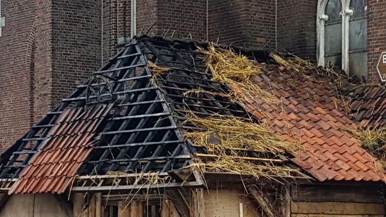 De kerststal geraakte zwaar beschadigd door de brand.