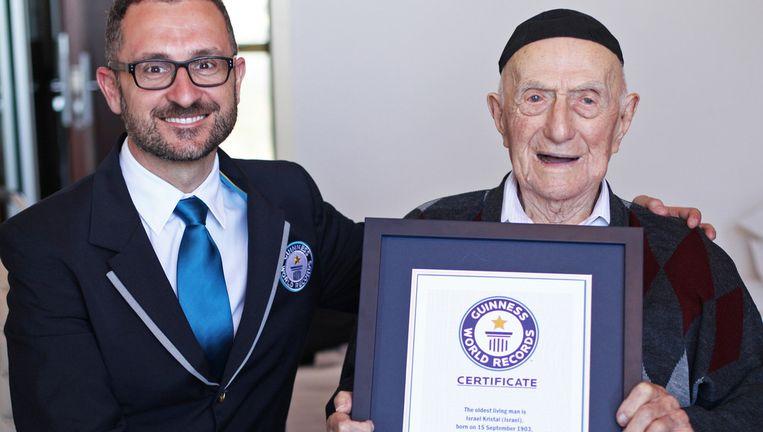 Israël Kristal krijgt een certificaat van Marco Frigatti van het Guiness Book of Records. Beeld ap