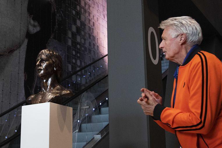 Vorig jaar onthulde Wim Suurbier nog het borstbeeld van zijn vroegere teamgenoot Johan Cruijff.  Beeld EPA