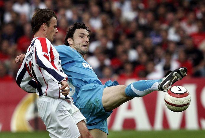 PSV'er Mark van Bommel (R) in duel voor de bal met Tom Caluwe van Willem II.