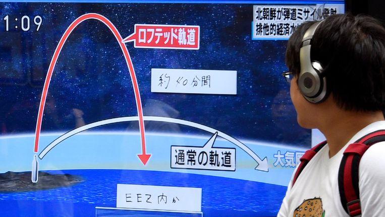 Een tv-scherm in Japan laat de baan van de raket zien die Noord-Korea afvuurde en die in de Japanse Zee terecht kwam.