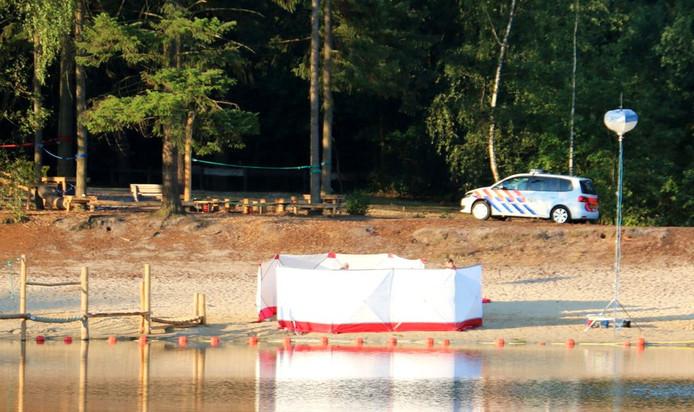 De politie verricht onderzoek bij de plaats waar het lichaam is aangetroffen