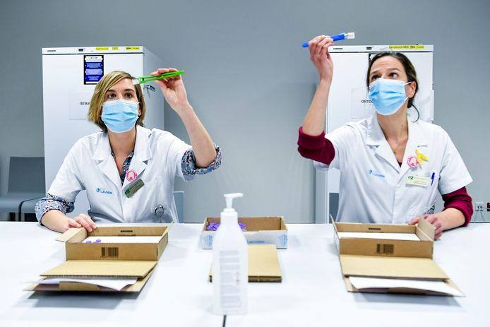 Het UZ Leuven is gisteren gestart met het ontdooien van de eerste lading vaccins. Die worden één voor één gecontroleerd op glasbreuk.
