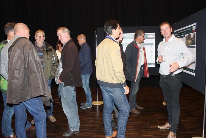 Bezoekers discussiëren over het concept masterplan.