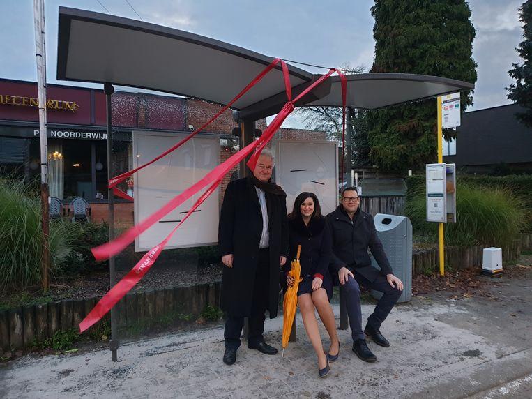 De nieuwe overdekte bushalte werd feestelijk ingehuldigd door schepenen Jan Michielsen, Yoleen Van Camp en Stefan Verraedt.