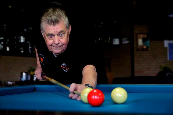 De blik van Jan Tuinder uit Puttershoek is al bijna 60 jaar gericht op de witte ballen en de rode op de biljarttafel.