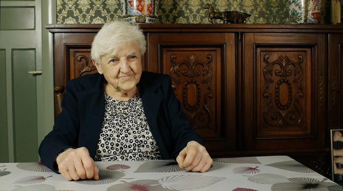 Julia van den Bergh (86), uitbaatster van café Bostella in Essen-Hoek (B) en hoofdrolspeelster in de gelijknamige documentaire van Elisa Veini en Paul van der Stap