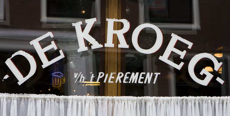 De tassenhaak is een ijzeren krul die de horeca gratis kan bestellen bij stadsdeel Centrum. Een paar schroefjes erin, en hij zit stevig vast onder een tafeltje of bar. Foto ANP Beeld