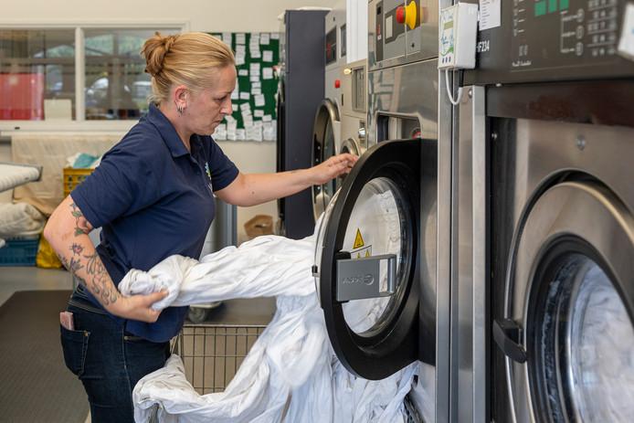"""Louise van der Wal in de wasserij: ,,Ik vind het heel erg leuk werk om te doen. Lekker knallen."""""""