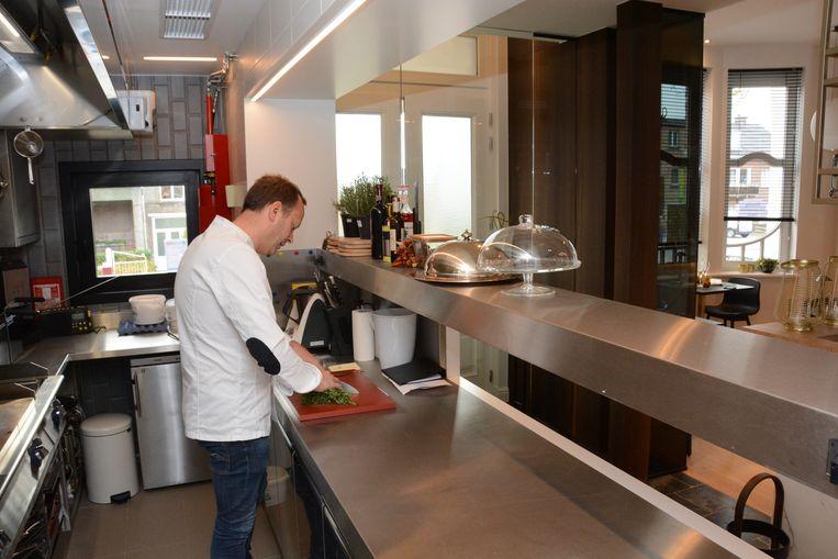 De open keuken grenst aan de inkom zodat Wim de klanten zelf kan verwelkomen.