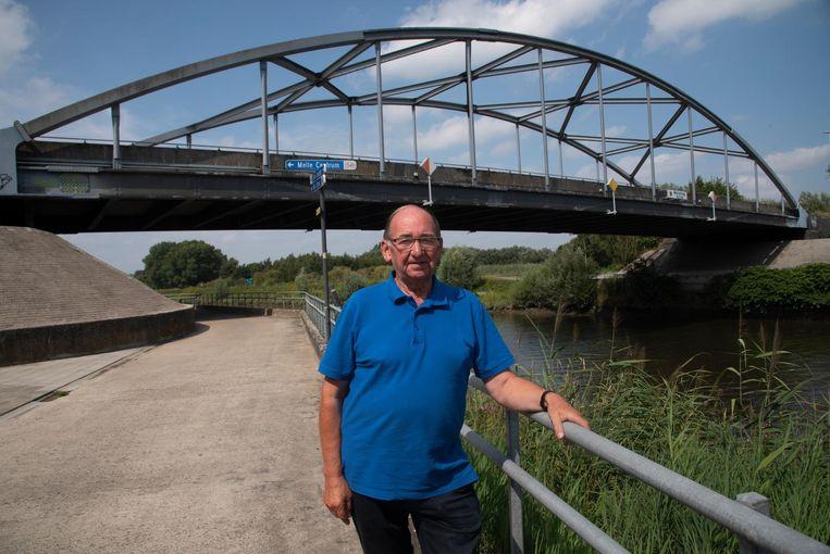 Roland De Meyer bij de in 1993 gebouwde brug in Melle. Inzet: een beeld van de ramp in 1992.