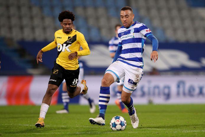De Graafschap-voetballer Johnatan Opoku aan de bal tegen NAC Breda.