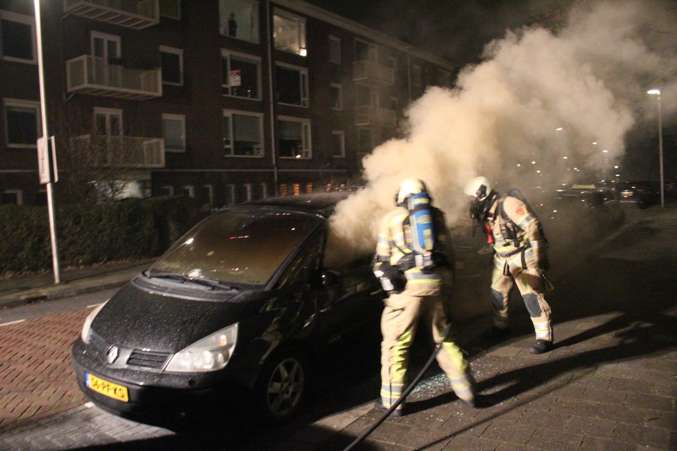 Auto in brand door vuurwerk op de Plesmanlaan Utrecht Zuilen