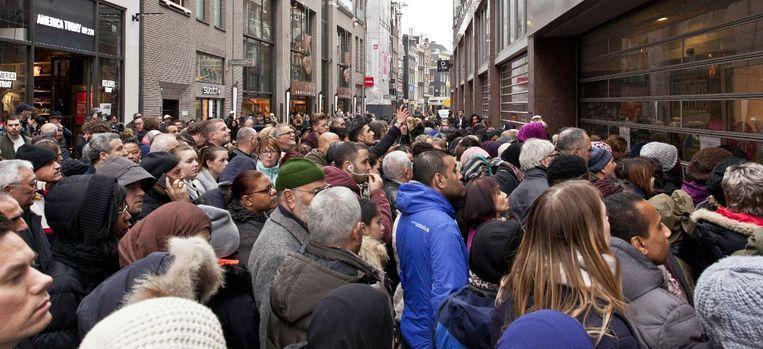Dringen voor de tijdelijke heropening van V en D in de Kalverstraat Beeld Roy Del Vecchio