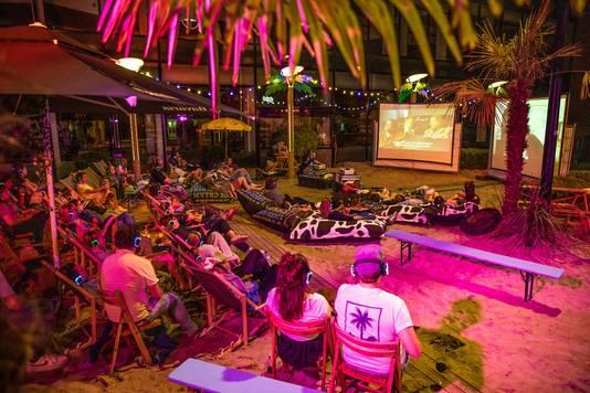 Van samen een film kijken tot silent disco's: de sfeer van het nieuwe stadsstrand.