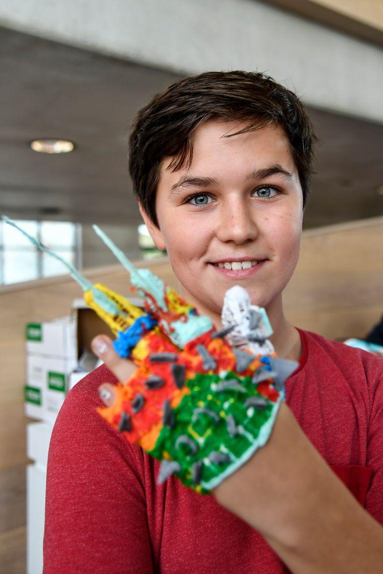 Julien, fier op zijn gemaakte handschoen