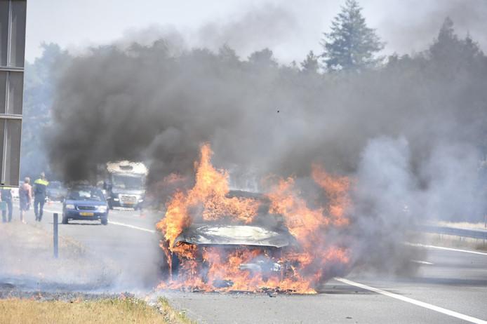 Een autobrand zorgt voor hinder op de A28 bij Nunspeet.