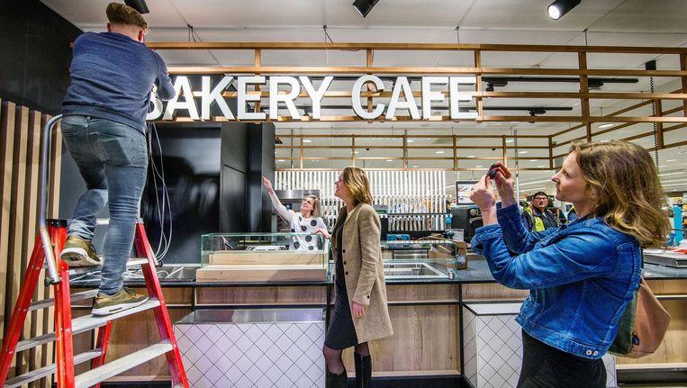 Bouwvakkers leggen bij de Albert Heijn aan het Gelderlandplein de laatste hand aan het koffiebar Bakery Cafe Beeld Jean Pierre Jans
