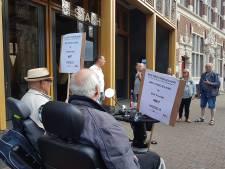 Protest voor stadhuis Deventer voor behoud vogels op Vogeleiland