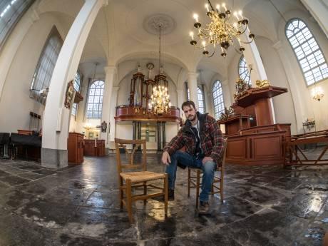 Stoelenverkoop in Oude Kerk: Eenmaal, andermaal... alle stoelen verkocht!