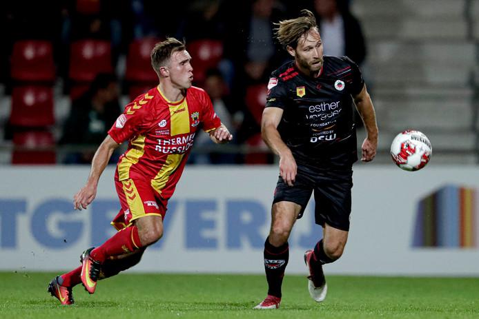 Martijn Berden namens Go Ahead Eagles in duel met Thomas Verhaar van Excelsior