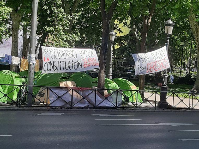 Een ongeziene protestactie van tientallen daklozen gaat in Madrid de honderdste dag in