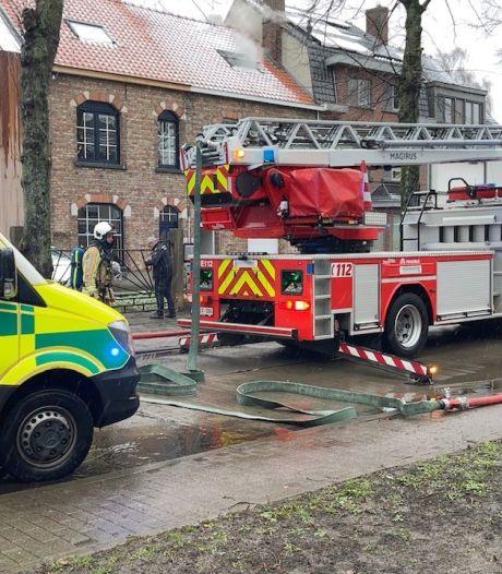 Huis onbewoonbaar na zware slaapkamerbrand: bewoner afgevoerd naar het ziekenhuis