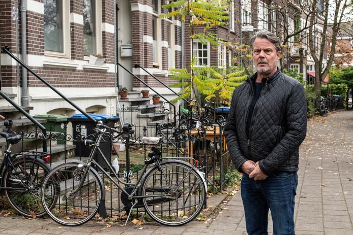 Voorzitter van Kamerbreed Ralf Nieuwenhuijsen in de Burghardt van den Berghstraat in de Nijmeegse wijk Bottendaal. In deze straat zijn veel panden omgebouwd tot kamerverhuurbedrijven. Archieffoto.