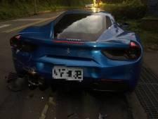 Bezorger valt in slaap, ramt vier Ferrari's en moet drie ton ophoesten