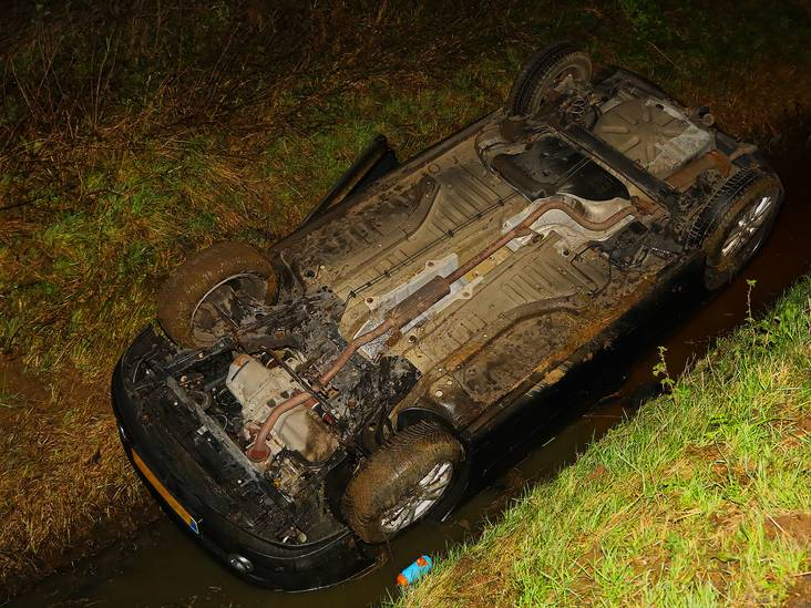 Auto slingert over de weg en belandt ondersteboven in een sloot in Oss