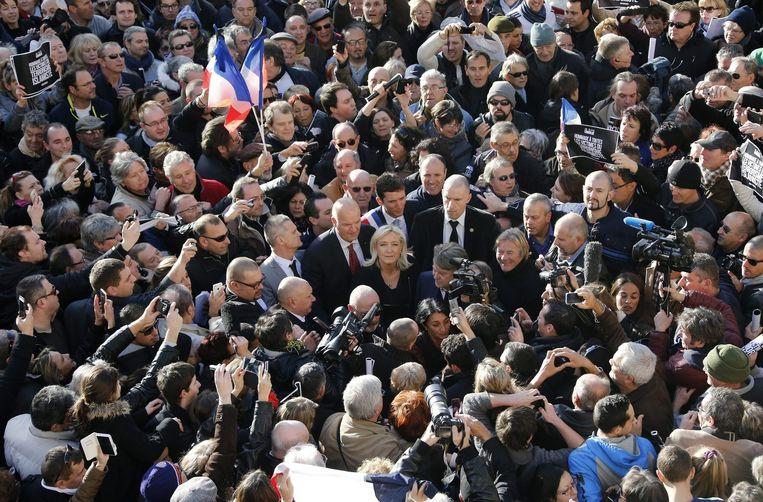 Front National-leider Marine Le Pen tussen pers aan demonstranten tijdens de demonstratie in Beaucaire. Beeld epa